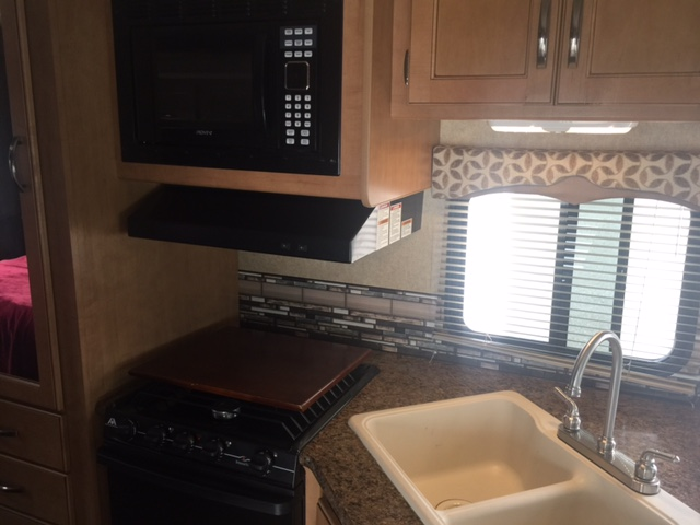 2015 Thor Four Winds, 26 Ft. Class C Motorhome RV Rental Kitchen