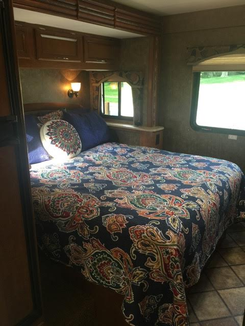 2013 Thor Chateau, 26 Ft. Class C Motorhome RV Rental Bedroom