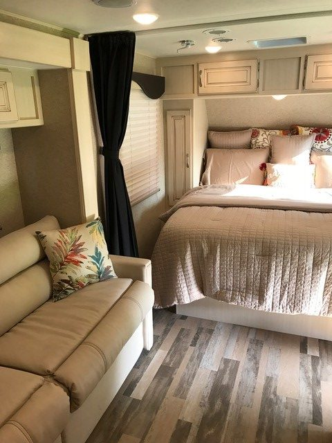 2016 Winnebago Micro Minnie Travel Trailer Bedroom